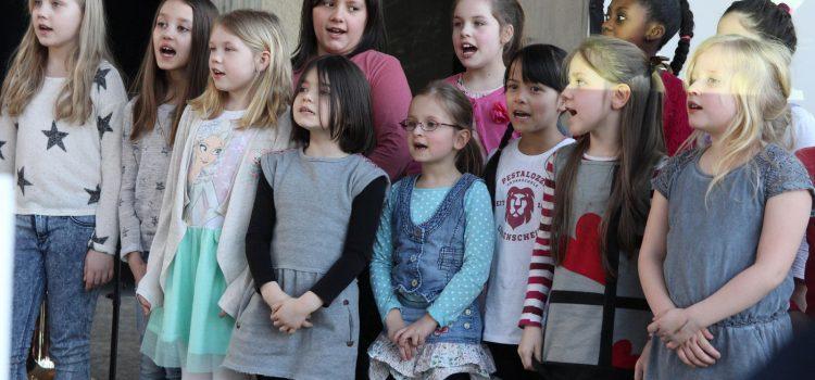 Lebendiges Märchenspiel in den Museen der Stadt – Das Remscheider Blechbläserquintett intoniert mit dem Chor der Pestalozzischule das Märchen von Hänsel und Gretel
